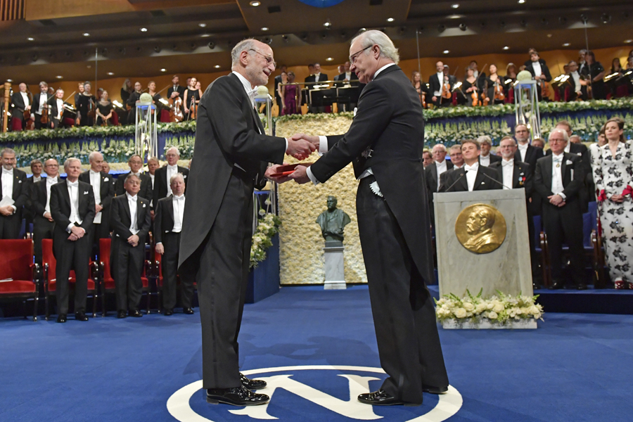 Michael Rosbash receives the Nobel Prize medallion from Swedish King Carl XVI Gustaf