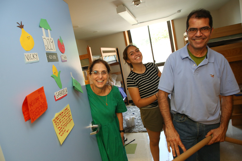 A first-year gets some help from her family as she moves in to her residence hall.